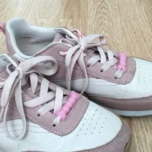 Säljer dessa rosa skorna. Kan ta bort pärlorna om du vill. Andvända kanske 2-5 gånger. Väldigt bra skick. Köparen står för frakten🥰
