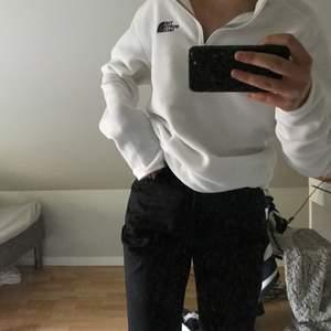 säljer denna tröja från north face då jag inte får användning av den, frakt tillkommer och inte alls mycket använd