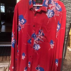 Schysst sommarskjorta från NEOW. Aldrig använd. Storlek M. Relativt stor i storlek.