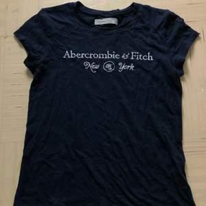 En marinblå abercrombie and fitch tröja, kortärmad. Använd några gånger men väldigt fin kvalitet, mjukt tyg och skön att ha på sig. Den har tyvärr blivit för liten, så inga hål eller fläckar.