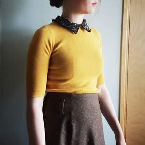 Gul vintage tröja med blommig skjort-krage 🌻🐝 kragen är prydligt fäst med knappar och går att ta bort om önskas, tröjan i tajt passform men stretchigt tyg. Köparen står för frakt!