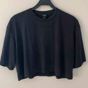Ribbad, mörkgrå tröja från monki i storlek L. 100kr inklusive frakt
