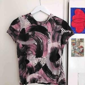 Cool tröja från Monki med typ penseldrag på!