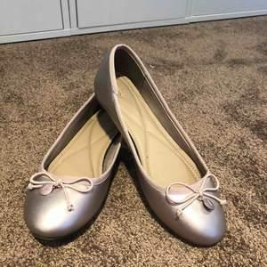 Jätte söta ballerina skor köpta utomlands för några år sedan! Aldrig använda då de faktiskt är för små för mig och jag har 39, så d är små i storleken!