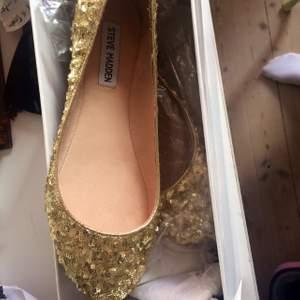 Skor från Steve Madden, aldrig använda pga att jag inte använder ballerinaskor.  Storlek 8  37-38. Mötas upp i stockholm: 150kr Med frakt: 180kr.
