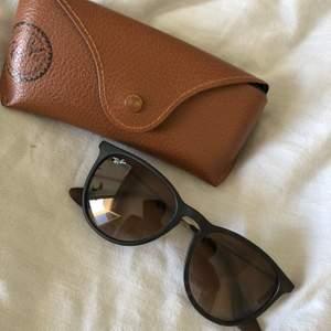Fina solglasögon från Rayban. Självklart äkta!! Använda men fint skick.