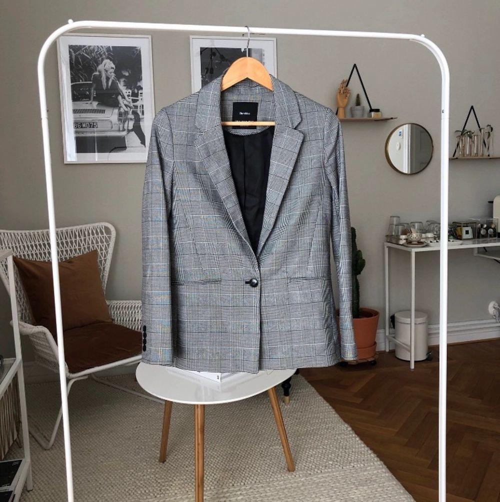 Knappt använd kavaj från bershka i storlek xs. Säljs för 100 kr, behövs de fraktas kostar det 63 kr.. Kostymer.