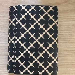 Efter köp av ny plånbok säljer jag nu min superfina plånbok från By Malene Birger. Jag har varit rädd om min plånbok så den är fortfarande i jättefint skick. Modellen säljs ej längre. Tror nypriset var 1299kr.