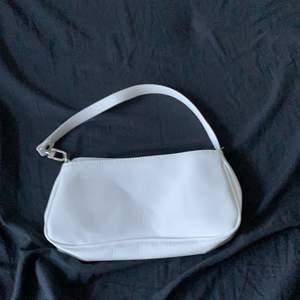 En vit axelremsväska. Helt ny och trendigt.