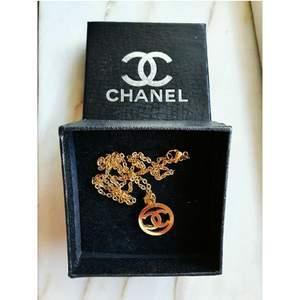 Säljer min fina Chanelhalsband då jag inte har någon användning till den. Använd 2 gånger, i bra skick. Som ny! Inte äkta.    Bjuder på frakten!😘