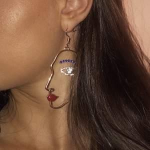 Säljer dessa coola öronhängen som jag använt endast 2 gånger, från H&M. 40 kr + 11 kr frakt 🌸