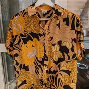Jättefin skjorta/blus med kort ärm och vackert mönster. Superfint skick. Säljer för 200 kr inkl frakt