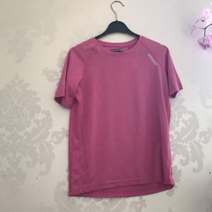 En rosa idrotts tröja i storlek 150💖