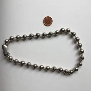 Choker/chain i silver färg, extra stora kulor (myntet i bilden som jämförelse). Ganska lättviktig och färgar inte av 🌟 Frakt ingår :)