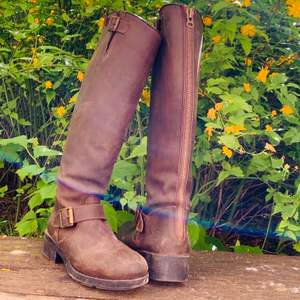Ett par knähöga boots i brunt läder, inköpta på Scorett. Så snygga men eftersom jag inte använt dessa på flera år är det dags att hitta ett nytt hem åt dem! Köparen står för frakt! Inte omöjligt att mötas upp i City.