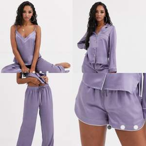 Säljer denna superfina pyjamas från asos då den är för stor för mig. Den består av ett linne, shorts, skjorta och långa byxor. Lila sidenimitation med silverdetaljer. Frakt tillkommer<3