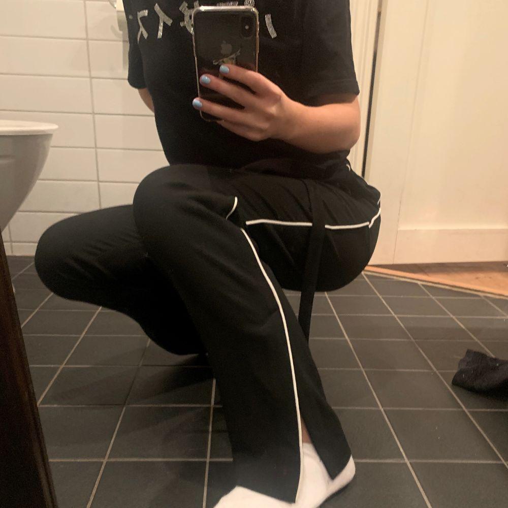 Svarta kostymbyxor med slits och vit rand. Har snöre/band som man kan knyta om man vill (avtagbar). Använda nån enstaka gång. Köpt på Monky för ca 500/600kr. Jeans & Byxor.
