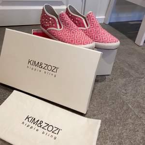 Skitsnygga skor från märket kim&zozi! Säljer då de tyvärr inte kommer till användning🌸skitsnygga nu till hösten för att lysa upp bland alla höstfärger! Ganska välanvända men i bra skick. Nypriset ligger på ca 1800kr. Köparen står för frakten💞✨ om flera är intresserade gäller budning. Medföljer dustbag.