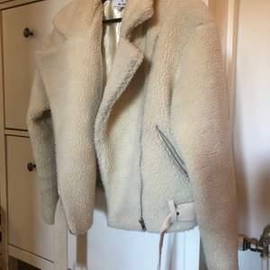 Super duper snygg Teddy jacka ifrån Hanna Shönbergs kollektion. Varm och gosig!💭I stl.34 passar även stl.36 🤩