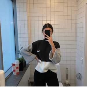 Säljer denna stickade tröja använd va 5-7 gånger 🥰 Skicka DM vid intresse eller lägg bud på bilden! Vill gärna bli av med alla kläder så snabba affärer som gäller 😆