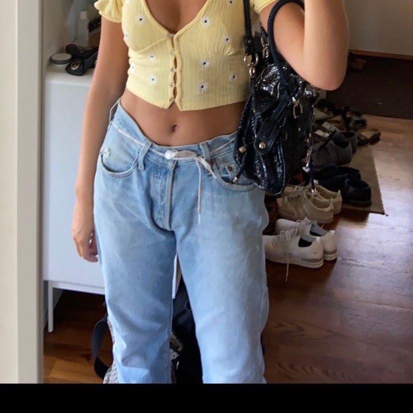 Säljer mina favorit byxor från Levis som jag köpt second hand på humana i sommras. Är i modellen 501 och storlek W 33 och längd 34 och passar mig som är en S men för min smak är dom en aning korta och jag är 175 cm lång. . Jeans & Byxor.