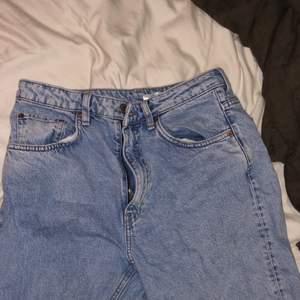 Jätte fina weekday jeans som jag säljer för de sitter lite fel på mig. Lite baggy på mig. Använt få gånger, inga slitningar! Köparen står för frakten eller möts upp i malmö❤️ skriv vid intresse eller frågor och bilder