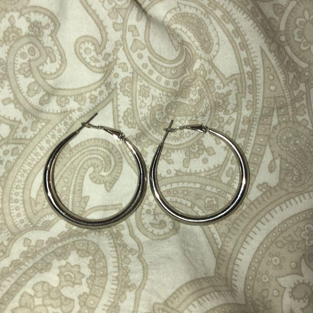 Örhängen från ur&Penn eller Glitter. Använda Max 3 gånger. Accessoarer.