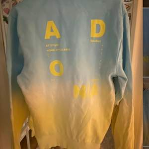 Sweatshirt ljus blå och gul använd endast en gång! Tröjan är i unisex xxs men för mig som brukar ha S är den väldigt oversized☺️