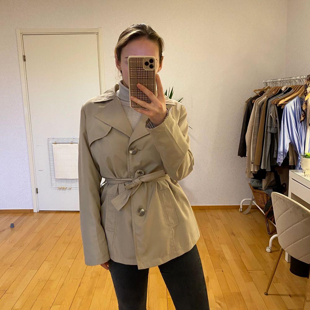 Beige kappa ifrån Lindex. Superfint skick! Passar till alla outfits och perfekt basplagg nu till hösten! FRAKT INGÅR.. Jackor.