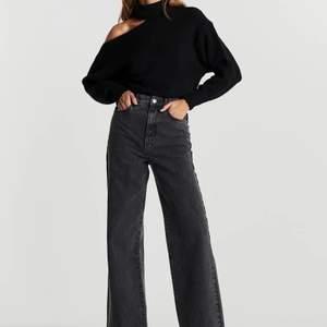 Idun wide jeans från Gina Tricot. Storlek 36. Hög midja och normal passform. Vida nertill. Har bara använt dessa ett fåtal gånger. Inga anmärkningar. 100% bomull.   400 kr inkl. Nypris 599 kr.