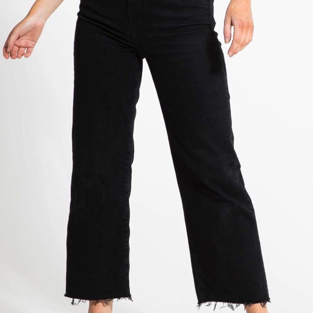 Sitter väldigt snyggt på, lite vida ner till, storlek XS men passar en S. Jeans & Byxor.