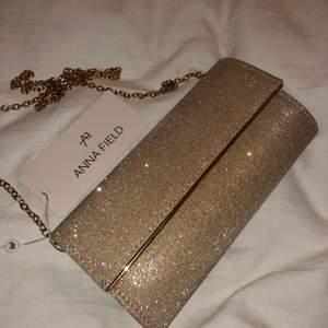 Superfin guldväska från Anna Field som glittrar, perfekt för lite finare. Oanvänd med lappen kvar. Man kan ha med kedja eller utan