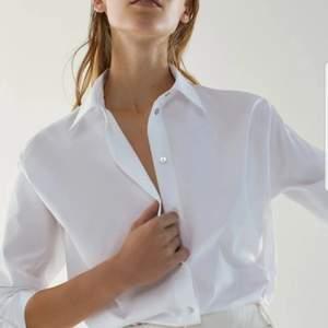 Super fin skjorta i bra kvalité som tyvärr är för liten för mig, endast använd någon enstaka gång och passar till allt. Strl xs, 700kr nypris