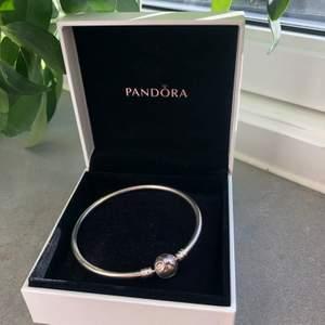 Berlockarmband från Pandora. Fick den i present men den kommer inte till användning därför säljer jag den. Kan frakta för 29 eller med spårbar frakt.