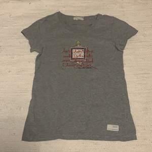 Säljer min ODD MOLLY T-shirt. Köptes för 500kr och säljes nu för 120kr+frakt. Storlek 1 (S). Använd 1-2 gånger.