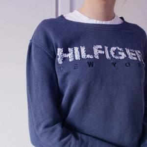 Snygg marinblå sweatshirt från Tommy Hilfiger i mycket bra skick och nästintill oanvänd. Nypris: 999 kr
