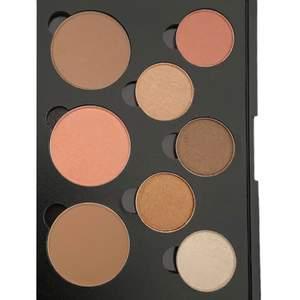 Makeup Palette (2 bronzer, 1 rouge, 5 ögonskuggor), Märke: ART JUNGLE, Tillverkad i Kanada, EU registrerad, parabenfri och inte testat på djur. HELT NY o FRI FRAKT!