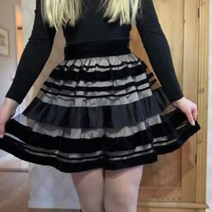 💗 Min fina kjol använder jag inte lika ofta och behöver hitta nytt hem. Super fin och lagom puffig från Mango. Storleken är 38 men skulle mer säga 34-36💗