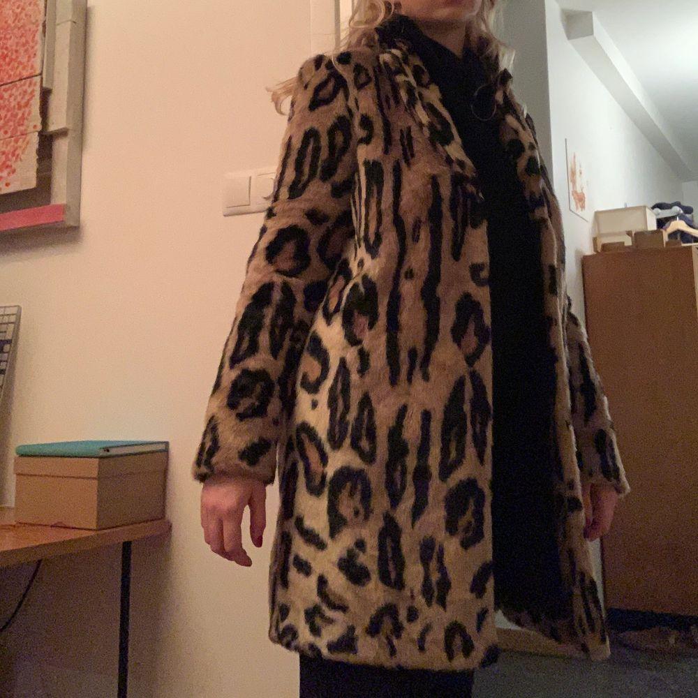 En fin pälsleopard jacka som är i gott skick! Jackan sitter mycket fint på och passar perfekt till många outfits! Jackan passar Strl S-M☺️. Jackor.