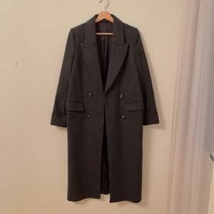 Fin varm kappa från H&M Trend - storlek 36. lång! går nästan ner till foten för mig