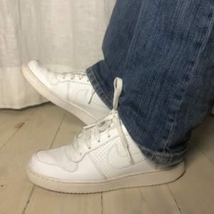 Ett par chill vita sneakers från Nike ✨ Skick 8/10 🥰