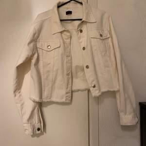 Vit jeansjacka från Nelly, aldrig använd strl M 80kr . Blå jeansjacka från Gina Tricot, använd en gång strl M 80kr.