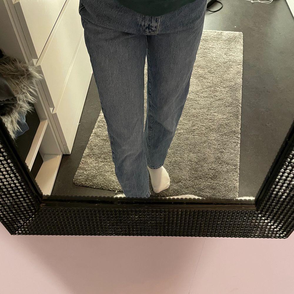 Super trendiga vida/raka jeans från Gina!🥰Nypris 500kr!❤️säljes pga inte riktigt min stil på jeans längre och har för många🥴💖Inga skador eller liknande!! Ser ut som nya faktiskt! Väldigt sköna❤️vid fler intresserade blir det budgivning!☺️om spårbar frakt önskas går det nog att fixa på 63kr👍. Jeans & Byxor.