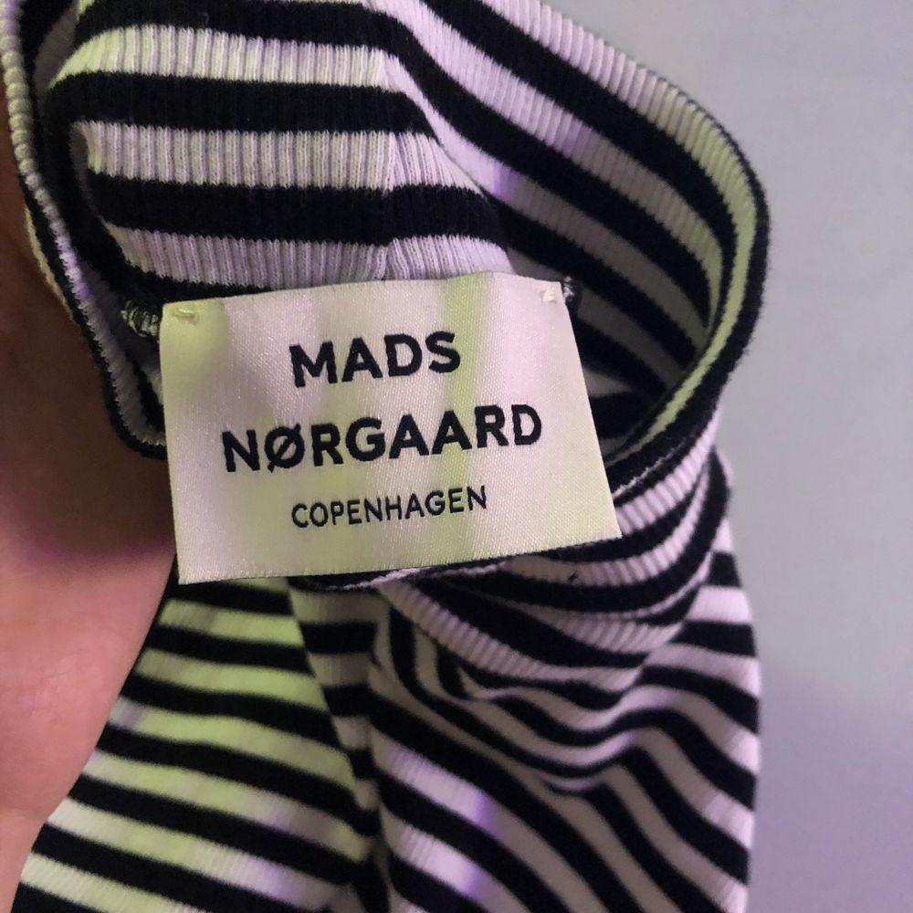 Säljer detta super söta randiga linne med polo krage! Får aldrig användning av den därför säljer jag den. Jag valde att vika upp den på bilderna men den är inte croppad naturligt💖. Toppar.