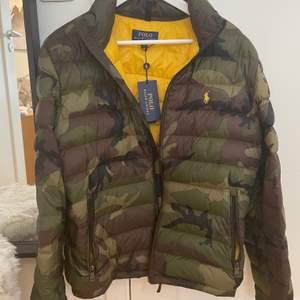 Hej! Säljer min Polo Ralph Lauren camouflage puffer jacket eftersom jag har en ny. Köpt från zalando vinter 19/20 och är en kollektion som inte säljs längre så du kommer aldrig se nån annan ha den! Storlek medium och kostade 3300 ny men säljer för 1490 kr. Använd sparsamt, i nyskick, och hade lapparna kvar, men buda gärna. Fraktar gärna! Vi gör upp om priset privat.