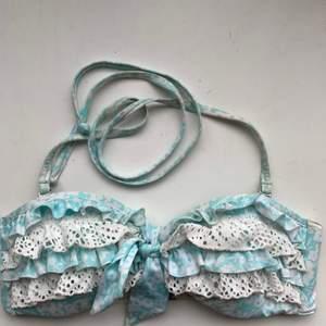 Turkos och vit bikiniöverdel med avtagbara band.