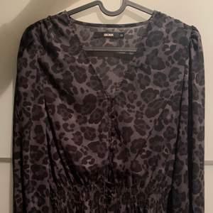 En blus från Bikbok i mörkgrå och svart leopard mönster. Den har resår i midjan och handlederna 🙌🏼 skicket är jättefint då den knappt är använd!