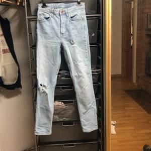 Jeans som sitter jättesnyggt på men har tyvärr blivit för små. Ett stort hål vid knät. Frakt tillkommer alt. Mötas.