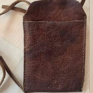 Mobilväska i brunt läder, passar mindre iPhones