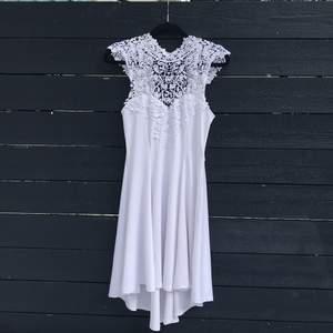 En vit lite finare sommar/festklänning i storlek S från bubbelroom. Använd 1 gång. Säljs pga för liten.